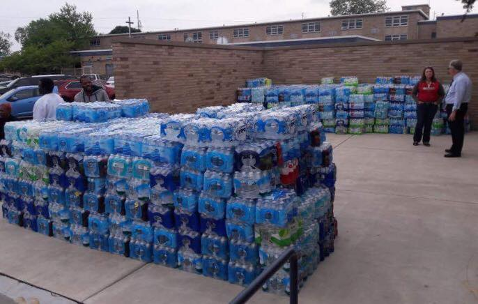 Bishop+Noll+seniors+load+up+water+to+donate+to+East+Chicago.